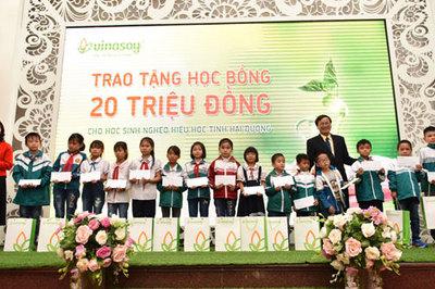 Vinasoy trao 1,35 triệu hộp sữa đậu nành cho HS tiểu học