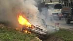 Xế hộp mất lái lao xuống rãnh bốc cháy dữ dội