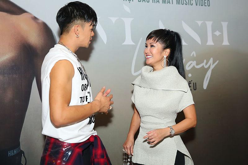 Dương Khắc Linh và bạn gái kém 13 tuổi dính nhau như sam