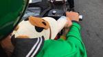 Nữ xe ôm vừa chở khách vừa cho con bú bình: Xưa địu con trên lưng đi rẫy, nay địu con trên xe máy đi Grab