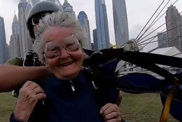Thán phục cụ bà 82 tuổi nhảy dù ngoạn mục ở độ cao hơn 4000m