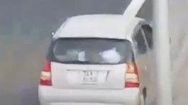 Xe container bẻ lái tránh ôtô đi lùi trên cao tốc