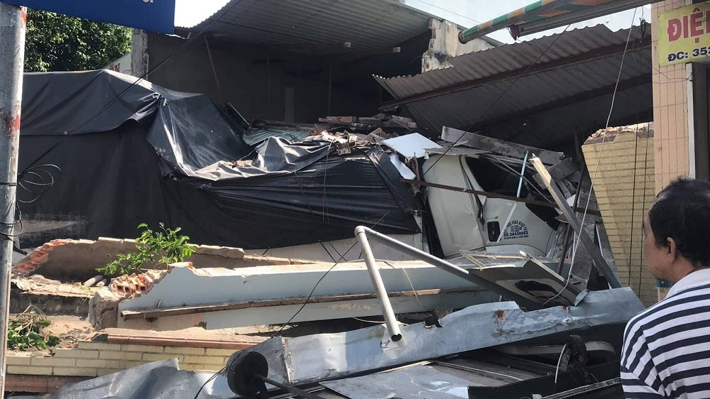 Ôtô tải tông sập 2 nhà dân, nhiều người hoảng hốt tháo chạy