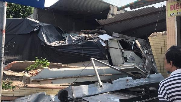 Ôtô tải tông sập 2 căn nhà, nhiều người hoảng hốt tháo chạy