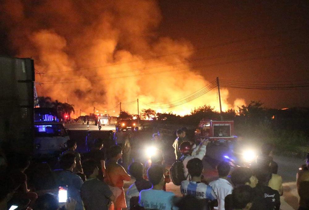 Khói lửa ngút trời tại công ty gỗ ở Bình Dương