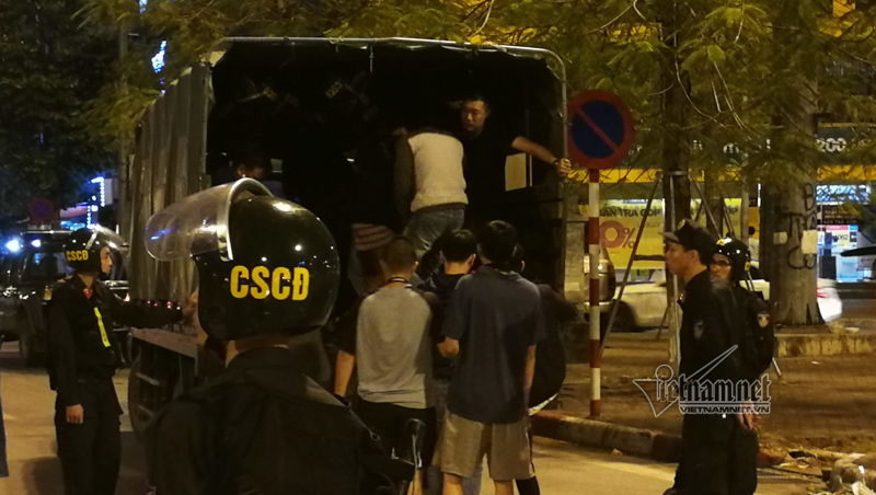 Tụ tập trà đá giữa ngã tư Hà Nội, gần 50 thanh niên bị 'hốt' về đồn