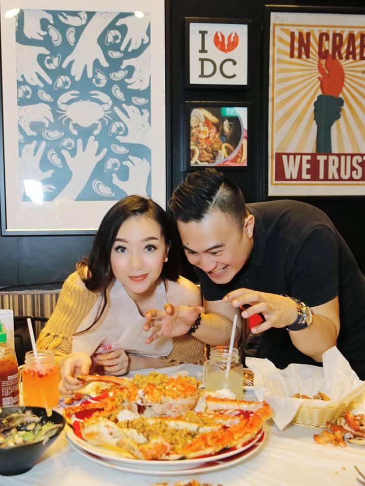 Elly Trần gợi cảm đưa con đi ăn tối