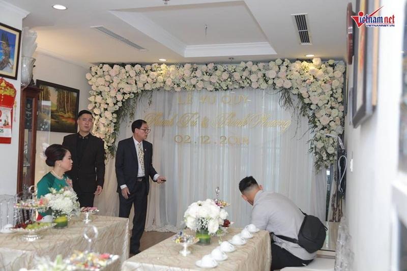 Á hậu Thanh Tú nắm chặt tay chồng đại gia hơn 16 tuổi trong lễ rước dâu
