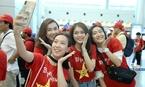 Dàn hot girl khuấy đảo Tân Sơn Nhất 'tiếp lửa' tuyển VN đấu bán kết