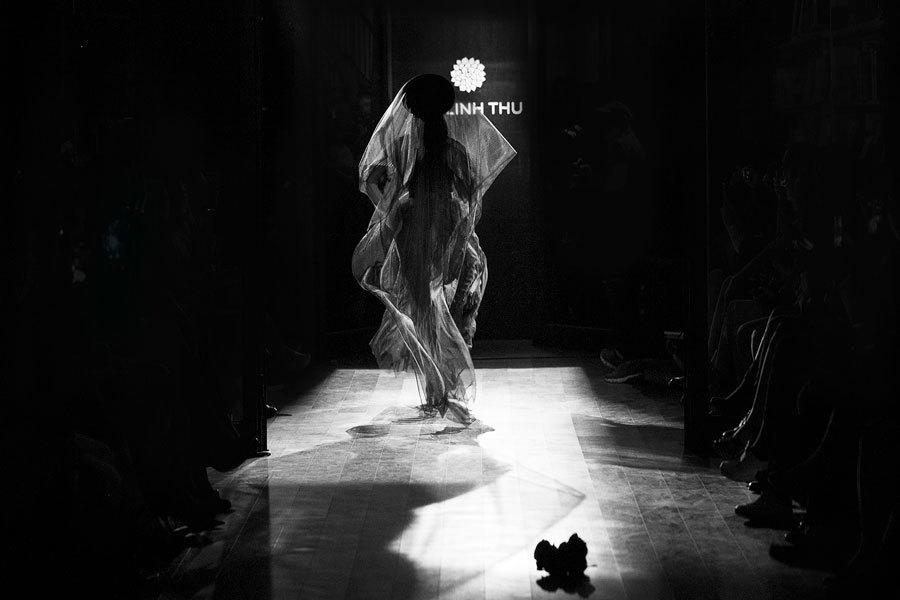 Hồng Quế hoá cô dâu ma mị trên sàn diễn