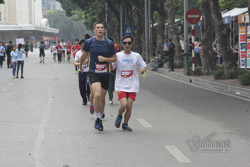 Đại sứ 3 nước cùng 1.000 người chạy bộ quanh hồ Gươm