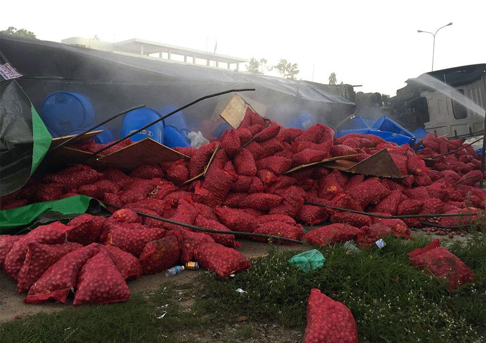 Lật xe chở hóa chất, cửa ngõ Phan Thiết bốc khói nghi ngút