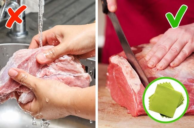 Tại sao không nên rửa thịt gà trước khi nấu?