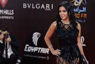 Sao nữ Ai Cập ra tòa vì tội khiêu dâm do mặc váy khoe chân
