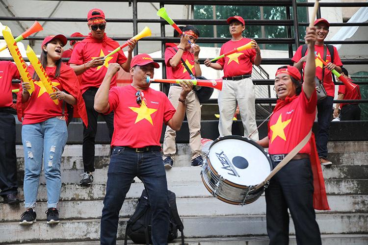Bóng hồng khoe sắc, tiếp lửa tuyển Việt Nam ở Bacolod