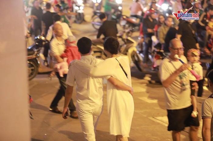 Á hậu Thanh Tú và đại gia hơn 16 tuổi tình tứ tại phố đi bộ sau tiệc cưới