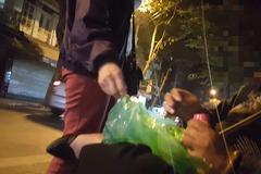 Giao dịch ngầm tại chợ 'sung sướng' ở phố cổ Hà Nội