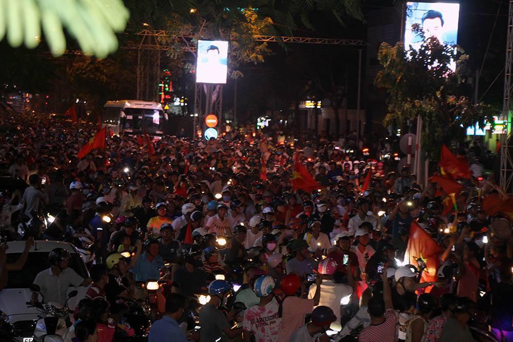 Việt Nam thắng Philippines: Rực màu cờ Tổ quốc nhuộm đỏ hồ Gươm