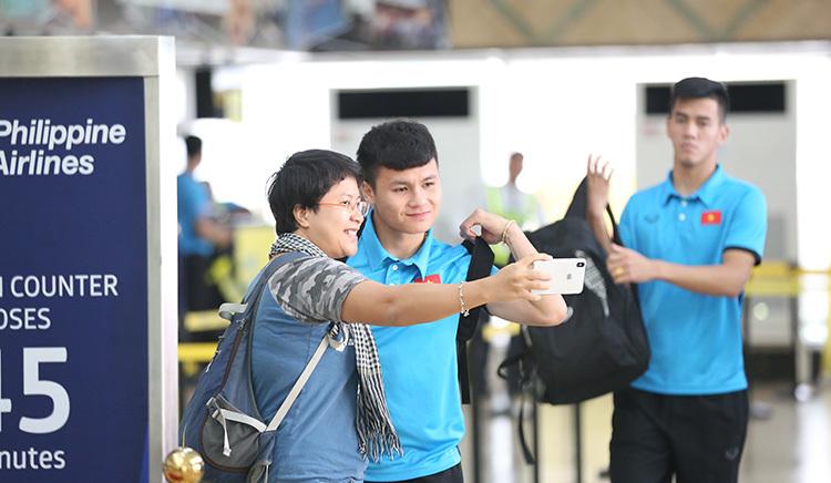 Tuyển thủ Việt Nam khoác vai, cười đùa rời Bacolod về Hà Nội