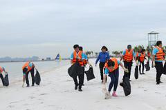 Chung tay dọn sạch bãi biển Vịnh Hạ Long