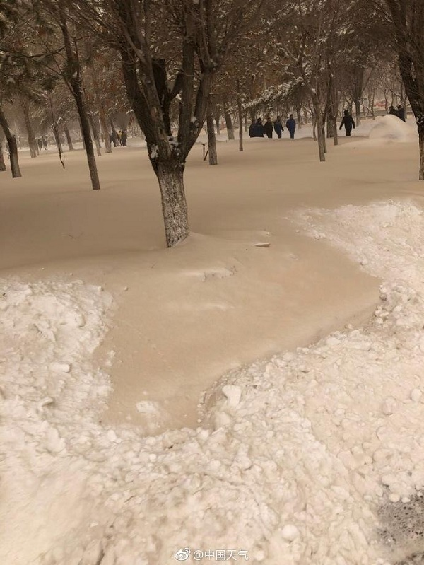 Tuyết vàng bao phủ tây bắc Trung Quốc
