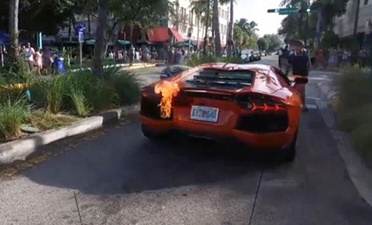 Một cú nhấn ga, khạc lửa: Siêu xe chục tỷ cháy tro khung trên phố