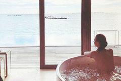 Vợ Chân Tử Đan đăng ảnh bán nude khi đi nghỉ cùng chồng