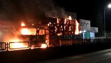 Xe tải chạy trên QL1A bất ngờ bốc cháy dữ dội
