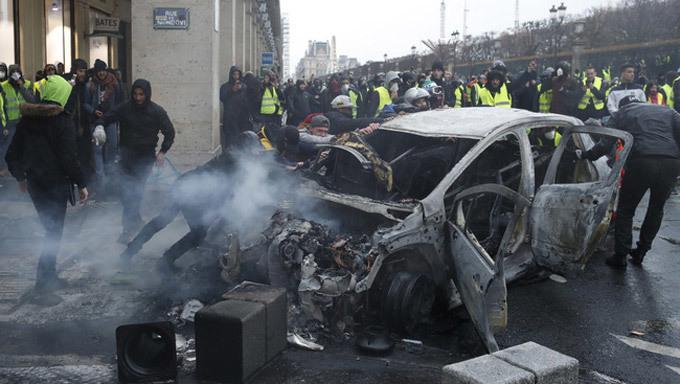 Hành động bất ngờ của cảnh sát Pháp khiến người biểu tình tán thưởng