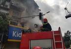 Cháy chung cư cũ giữa ngã tư tắc nhất Hà Nội: Cứu hỏa len giữa dòng xe máy