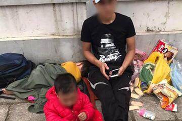 Chồng trẻ ôm hai con thơ vạ vật vỉa hè Hà Nội để níu kéo vợ quay về