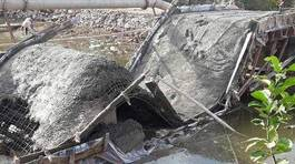 Dân tự xây cầu, đổ bê tông xong thì sập nhào xuống sông