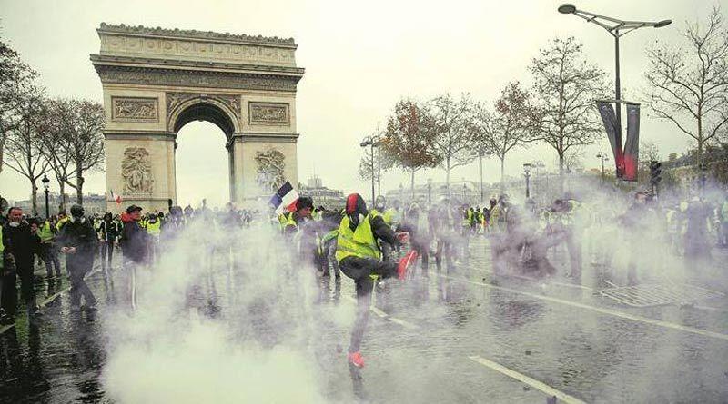 Vì sao Paris 'bốc cháy'?