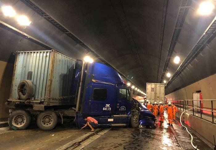 Tông xe tải xe đầu kéo nát bét, hầm Hải Vân tê liệt nhiều giờ