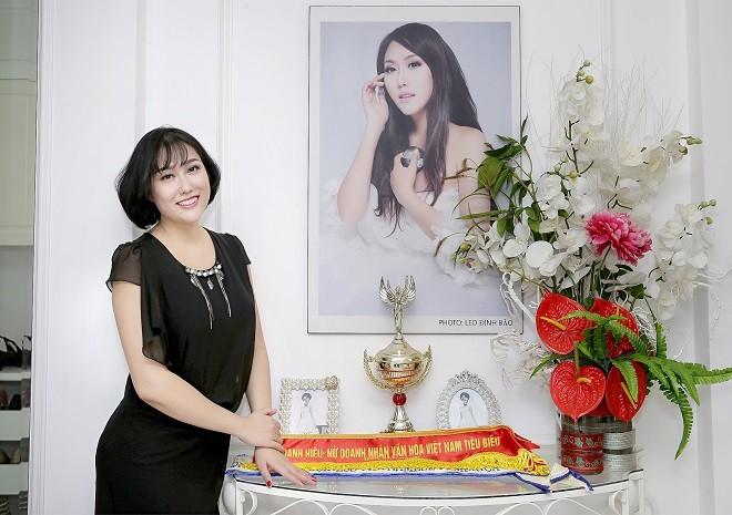 Phi Thanh Vân khoe căn hộ Penthouse 200 m2