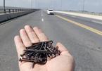 Đinh rải trên cầu vượt biển dài nhất: Lý giải bất ngờ xe lu lèn đinh