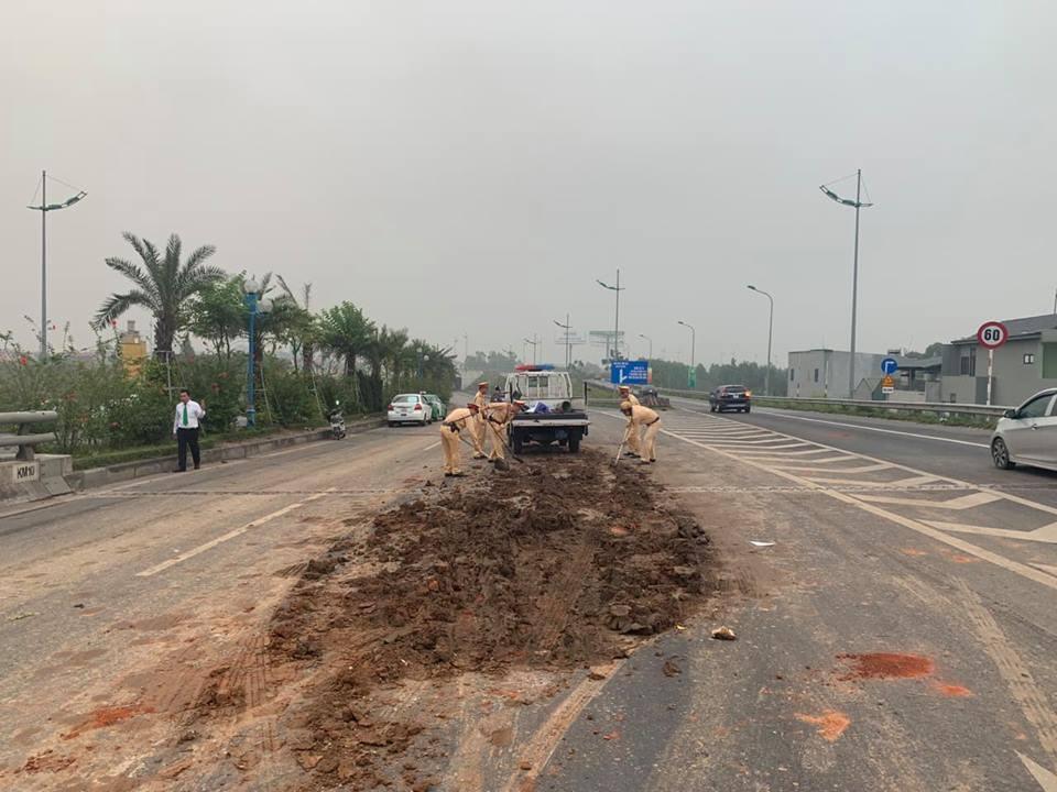 Tránh đống bùn, 4 ô tô tông nhau trên đường ra sân bay Nội Bài