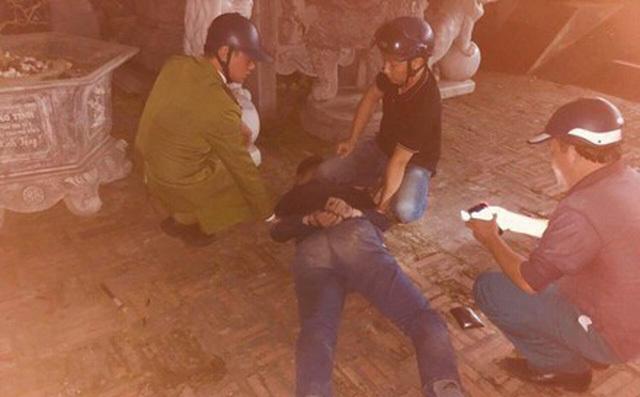 Nam thanh niên nổ súng trong chùa, rồi tự đâm dao vào bụng