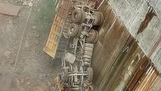 Xe ben rơi thẳng đứng xuống lòng hồ thủy điện, tài xế chết thảm