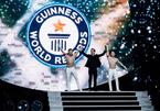 Quốc Cơ - Quốc Nghiệp xác lập kỷ lục thế giới mới với màn chồng đầu bịt mắt