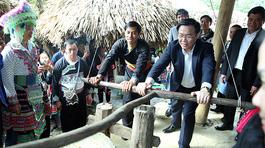 Phó Thủ tướng trải nghiệm xay gạo ở chợ người Mông