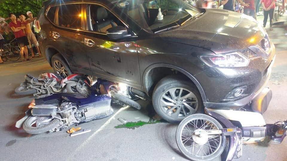 Ô tô 'điên' tông hàng loạt xe máy, cuốn 1 trẻ em và 3 người lớn vào gầm