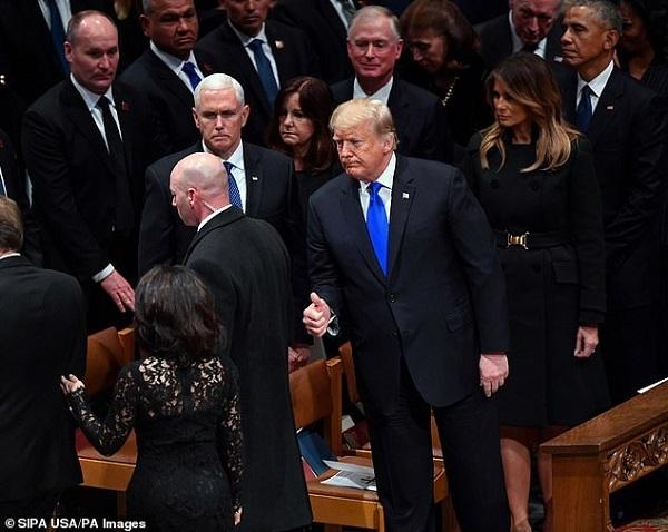 Tại sao vợ chồng ông Trump vội vàng rời đám tang Bush 'cha'?