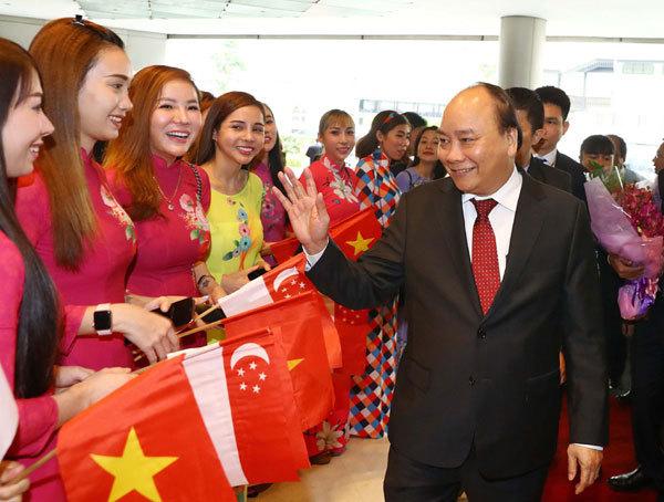 Thủ tướng đến Singapore, bắt đầu dự hội nghị cấp cao