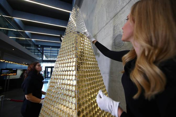 Cây thông Noel đắt nhất châu Âu làm bằng vàng ròng