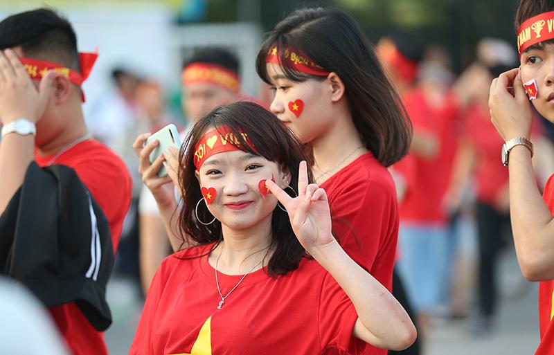 Bóng hồng Việt khoe sắc, hâm nóng Mỹ Đình tiếp lửa tuyển Việt Nam
