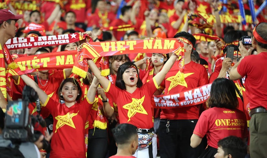 CĐV Việt Nam đốt pháo sáng, đại náo trước trận Việt Nam vs Philiipines