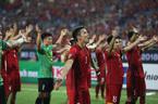 Tuyển Việt Nam quỳ hôn thảm cỏ, tri ân người hâm mộ