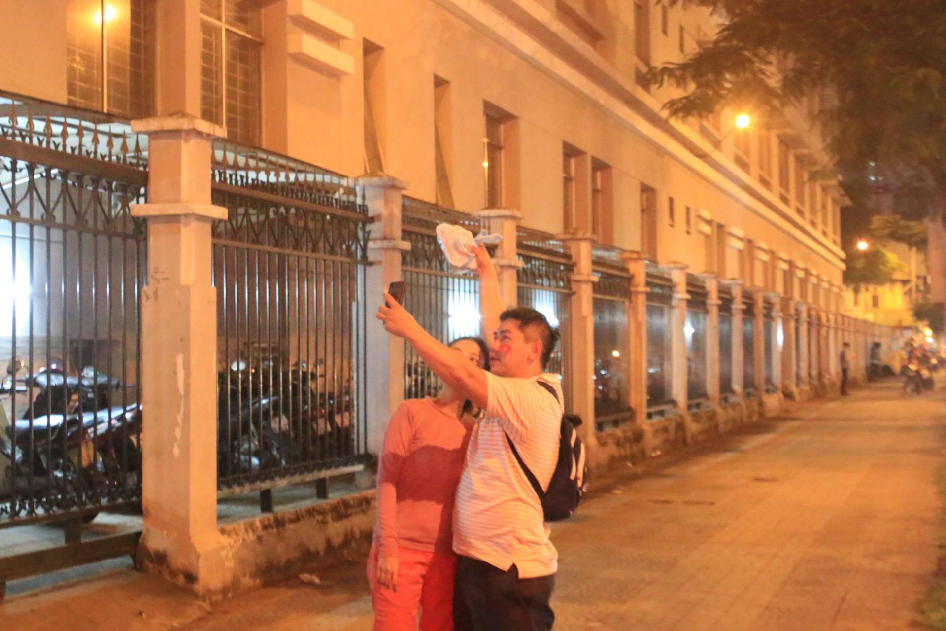 Còn cặp đôi này tranh thủ chụp ảnh kỷ niệm, ghi lại khoảnh khắc đáng nhớ.