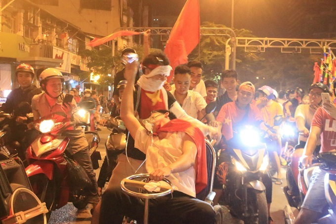 Hai nam thanh niên này dùng giấy vệ sinh quấn quanh người, ngồi xe lăn, đeo ống thở hóa trang thành bệnh nhân xuống phố.